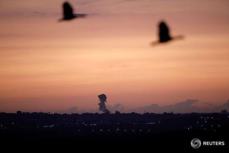 Rauch steigt im Gazastreifen nach einem israelischen Streik, gesehen von der israelischen Seite der Grenze, 30. November 2017. REUTERS / Amir Cohen #reuters #reutersphotos # Smoke #gazastrip Source