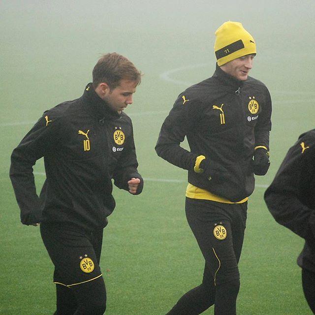 23 Oktober, 2016: Mario und Marco Reus heute Morgen beim Training mit der Mannschaft am Trainingsgelände vom BVB in Dortmund. -- -- Direkt nach dem Spiel trainieren sie wieder!  Es war alles zu genebelt. Marco hat auch Handschuhe und eine Mütze an.  MarioGötze #PartOfMario #wolf # #proud #personalpath #Goetze #götzilla #BVB  #mg10 #BorussiaDortmund #faith #supermario #mg19 #Marcoreus #reus #training #back #mr11