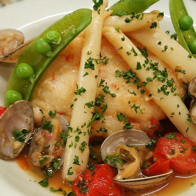 なんでも、スペインではメルルーサや鱈は、鯛や、鯖、鯵なんかよりずっと人気があるそうです^^; - 191件のもぐもぐ - スペイン風なので、白身魚はスペインでは定番のメルルーサを使った白身魚とアサリのバスク風 by Yutaka Sakaguchi