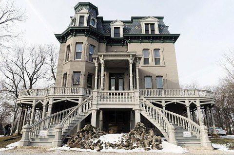 Beautiful old house...it would be so nice for it to be restored to its' glory days!