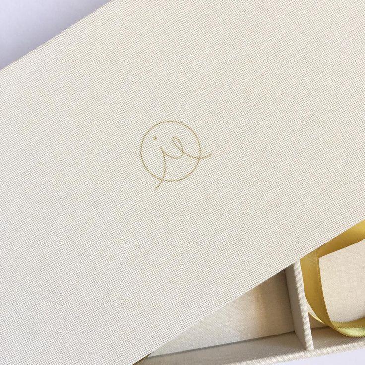 Geprint logo om je verpakking nog meer te laten aansluiten bij je huisstijl 🌿 Printed logo to match your house style | #logo #doos #box #geprint #printed #usb #usbstickdoos #usbstickbox #handgemaakt #handmade #fotografie #fotograaf #photography #dk #dekartonnerie