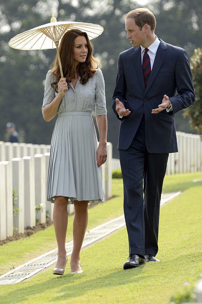Asia loves Kate. Escogió un vestido en verde menta con falda plisada en su visita al cementerio de la guerra del Commonwealth. Para protegerse del sol utilizó una de las sombrillas típicas del país.