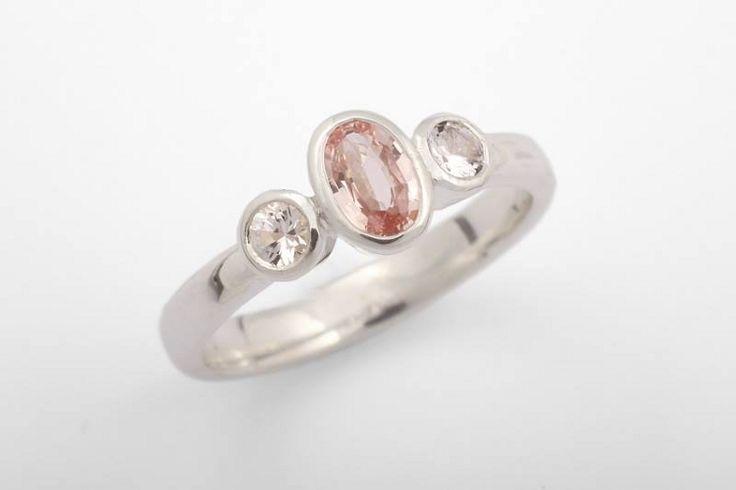 Estelle-sormus hopeisena safiireilla.