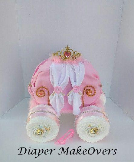 Deze prachtige prinses vervoer luier Cake is ideaal voor uw prinsesje.  Omvat: 75 formaat één luiers, 1 ontvangen deken 3 washandjes, princess tiara, een kunststof prinses slipper en decoratieve accessoires.  Grootte: 15 inches tall (top van tiara naar beneden) 15 inch in lengte 12 inch  Alle luier taarten zijn handgemaakt. Deze luier-taart is in duidelijk cellofaan verpakt en verzonden in twee stukken (de wielen en het vervoer) om ervoor te zorgen item doet niet beschadigd raken tijdens de…