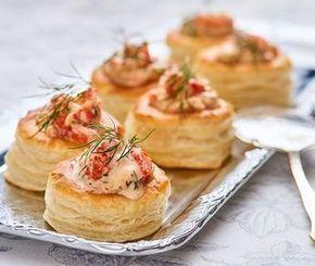 Denna spröda och luftiga smördegsbakelse blir en tjusig inledning på en festlig middag. Med en fyllning gjord på kräftstjärtar, dill och hummerfond får rätten en elegant touch av 1920-talets svenska finrum. Bon appétit!
