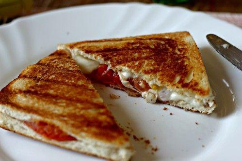 Bonjour, Le plat rapide par excellence qui me rappelle mon enfance est sans aucun doute le croque-monsieur jambon / fromage. Ma maman m'en a toujours fait très régulièrement. Parce que oui, j'adore ça ! :-P Mais pour changer un peu, pourquoi ne pas en...