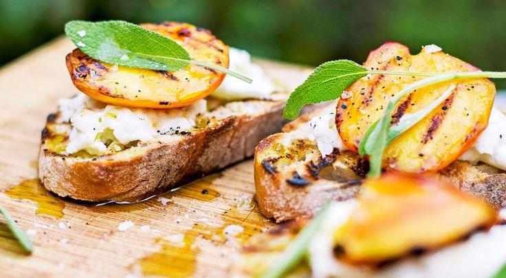 Recept på grillad bruschetta med buffelmozzarella, nektarin och salvia. Söta nektariner och mozzarella passar perfekt ihop och blir en god aptitretare till middagen.