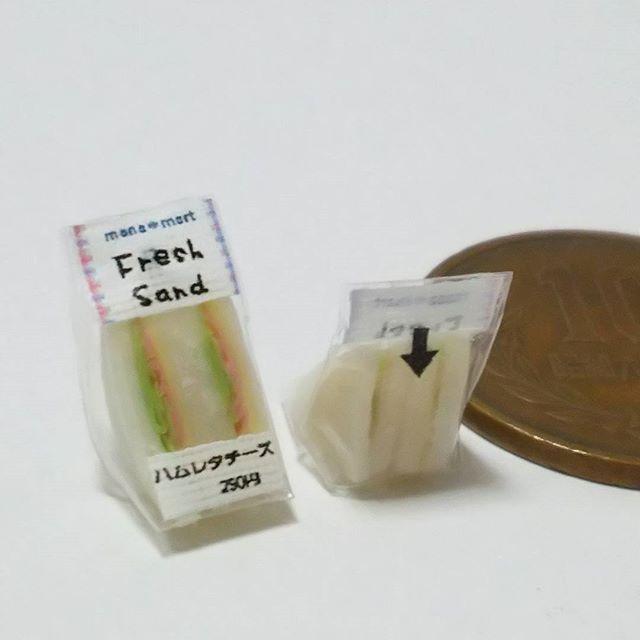 サンドイッチをコンビニ風に包装しました 数ヵ月前から作ってみたいと思っていたのがようやく形になりました 裏面は開封口の矢印です。 意味伝わるかな❓❓ #miniature #clay #ミニチュア #ミニチュアフード #フェイクフード #ドールハウス #粘土 #サンドイッチ #コンビニ