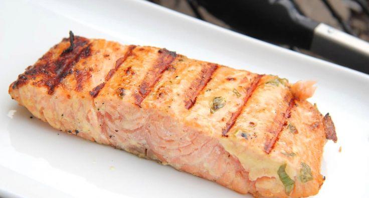 Łosoś grillowany z majonezem i musztardą przepis: Genialny przepis na grillowanego łososia podawanego jako danie główne! Jako dodatki możesz przyrządzić grillowane lub duszone warzywa! Szczególnie smaczny jest z zielonymi szparagami! ;)
