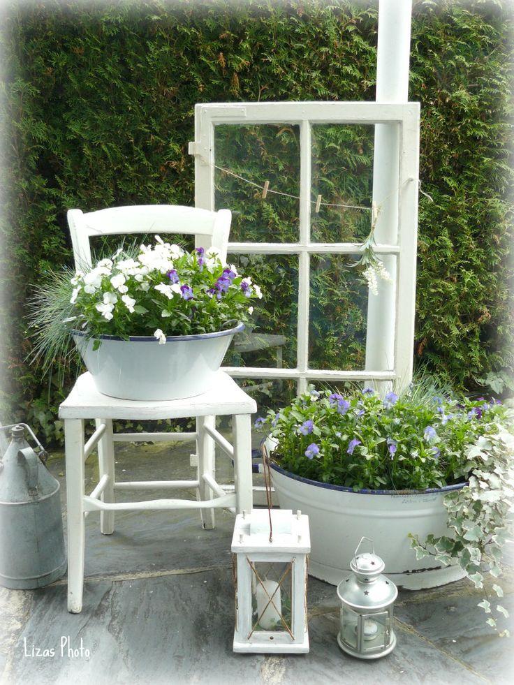 Altes Fenster verschönt die Terrasse