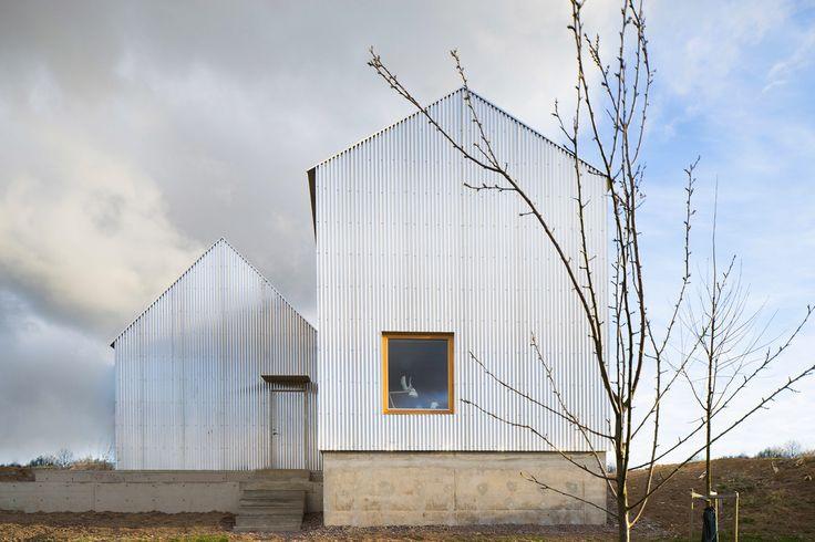 Соучредитель студии Förstberg Ling в Швеции спроектировал дом для своей матери — библиотекаря и ткачихи. Резиденция расположена на длинном и тонком участке, что вдохновило разделить здание на два вытянутых объёма, которые смещены друг от друга. Одноэтажный блок содержит кухню открытого плана, сто...