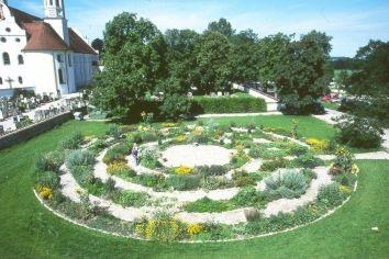 Meditationsgarten am Mauerhof des Klosters Benediktbeuern