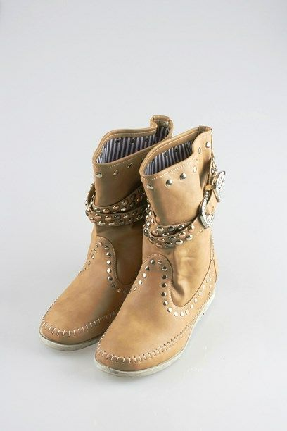 SUSANNE ST؝VLE - Boots in faux leather with studs.