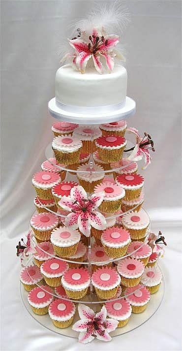 Acho a idéia de substituir os bolos tradicionais de Casamento por Cupcakes incrível. Você pode levar pra casa tranquilamente se não quiser c...