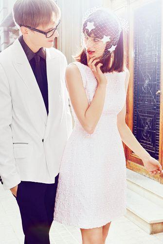 BATISTA EN TEXTURA  Vestido de Rosa Clará (2.460€); tocado, de Benoit Misoline (265€); anillo, de Thomas Sabo (139€).  Él lleva total look de Lanvin (americana, 2.295€; corbata, 450€; y camisa 990€); y gafas de Dior (c.p.v.).