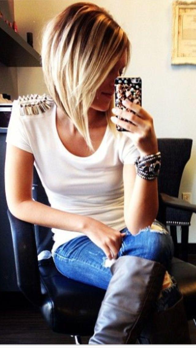 Dans ses cheveux bien droits, le coiffeur de cette jeune femme a réalisé un beau carré plongeant, en coupant toutefois quelques mèches de l'avant plus court. La coloration blonde en surface cache des cheveux plus foncés.