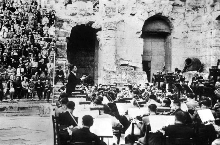 Αθήνα, Ιούνιος 1939, ο Herbert von Karajan στο Ηρώδειο. Herbert von Karajan and the Vienna Philharmonic Orchestra at the Odeon of Herodes Atticus (1939).
