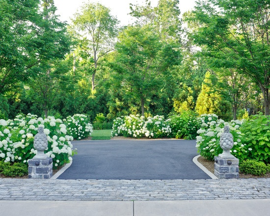 17 best images about front yard on pinterest circular for Circular driveway landscaping pictures