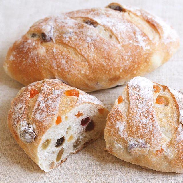 【4種のフルーツ食事パン】 軽くオーブントースターで温めると外はカリッと、中はもちもちして食感も楽しめます。レーズン・クランベリー・パイン・パパイヤの4種類のドライフルーツを入れたフランスパンです。 . 京都大丸店の推しパンです。#推しパングランプリ は9月24日(日)まで。 http://www.donq.co.jp/campaign/oshipan2017.php . #ドンク推しパン2017 #ドンク #朝食 #おすすめ #日本一 #朝ごはん #京都 #フランスパン #パン #パン大好き #パン屋さん #ベーカリー  #donq #bread #boulangerie #bakery #instafood