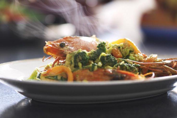 Gamba's en verse groenten zijn ideaal om een vetarm en smaakvol wokgerecht te maken. Broccoli combineert perfect met de grote garnalen. De kokosmelk en de curry geven het gerecht een zacht, maar kruidig oosters tintje.