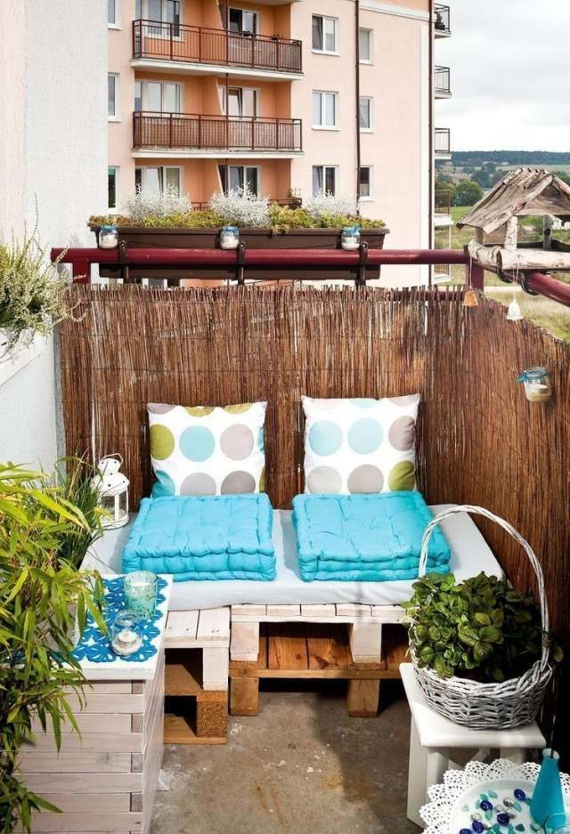 kleiner balkon paletten sofa sichtschutz bambusmatten diy sommer pinterest balconies. Black Bedroom Furniture Sets. Home Design Ideas