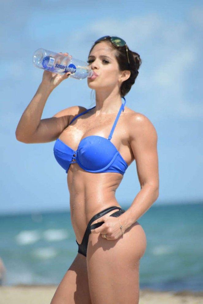 Мишель Левин в бикини на пляже в Майами