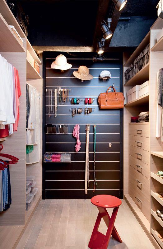 No painel de MDF (Instant Shop), canaletas de alumínio permitem o encaixe de organizadores, como os ganchos para cintos e os casulos de acrílico para echarpes. Armários de laminado da Florense e banqueta da Grado.