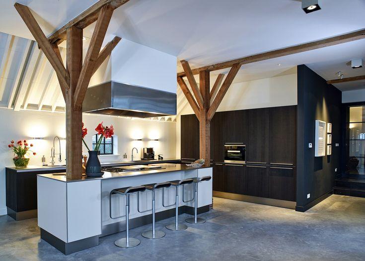Modern vormgegeven keuken met een stoere uitstraling door de robuuste houten balken - Küchenland