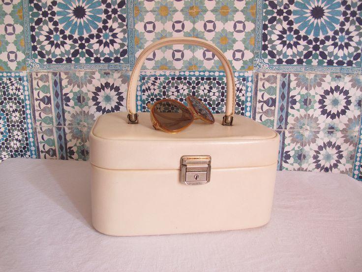Vanity français vintage blanc - vanity skaï vintage - valisette 1960 - vanity case - bagage vintage - makeup vanity - Trousse de toilette - de la boutique CrazyFrenchVintage sur Etsy