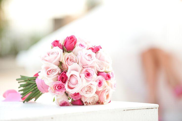 Il fascino di un fiore è nelle sue contraddizioni – così delicato nella forma ma forte nel profumo, così piccolo nelle dimensioni ma grande nella bellezza, così breve nella vita ma con un effetto così lungo. www.castellodegliangeli.com poetiche frasi #rose #rosa #fucsia #nastro #matrimonio #wedding #bouquet #pink #white