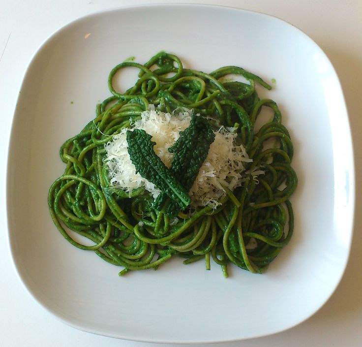 spaghetti integrali con pesto di cavolo nero http://bettinaincucina.blogspot.it/2015/03/spaghetti-integrali-con-pesto-di-cavolo.html