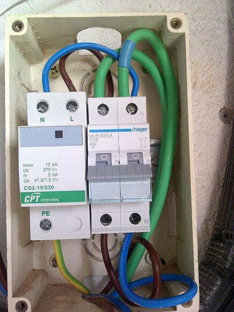 Instalaci n de un protector de sobretensiones para evitar for Como montar un cuadro electrico
