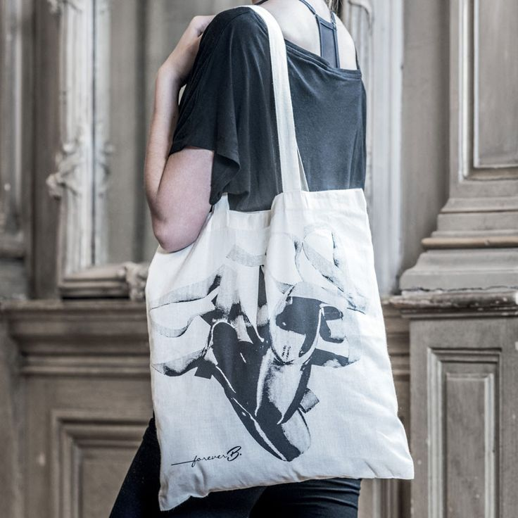 Take your passion for ballet everywhere with this tote bag. Its light beige colour and black and white print will be perfect for every look. Arabesque, plié, sauté, make it clear you love ballet. With a large picture of a pair of pointes shoes printed on one side, make it your statement bag! Shop it here: www.forever-b.com