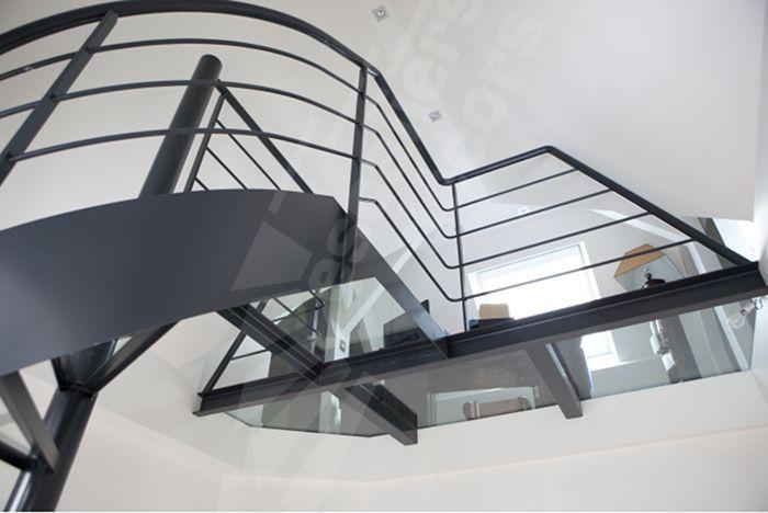 Photo dh82 spir 39 d co dalle de verre escalier int rieur design et passerelle en acier et for Comescalier helicoidal acier