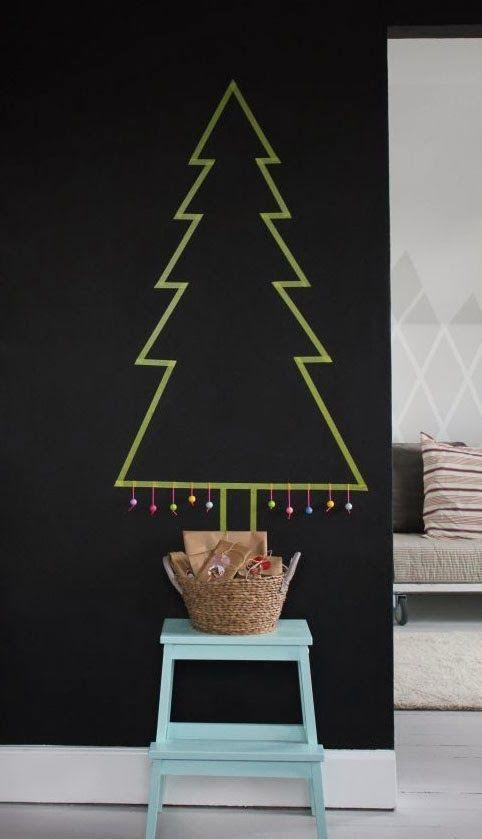Washi tape verte pour un sapin de Noël original  http://www.homelisty.com/18-idees-de-sapins-de-noel-pour-petits-espaces-photos/