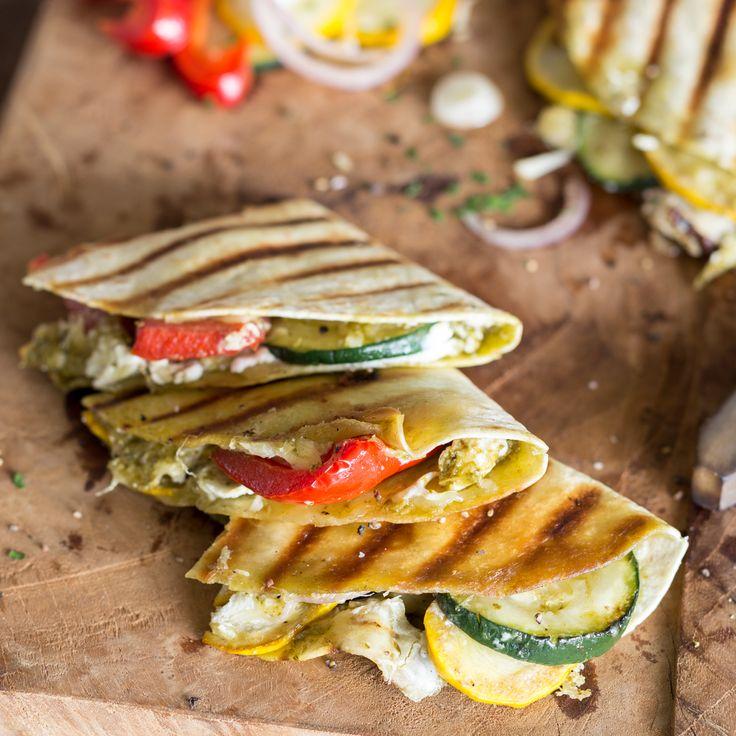 BBQ-Feeling in 25 Minuten: Knusprige Teigfladen mit einer herzhaften Füllung aus buntem Grillgemüse, grünem Pesto und würzigem Ziegenkäse.
