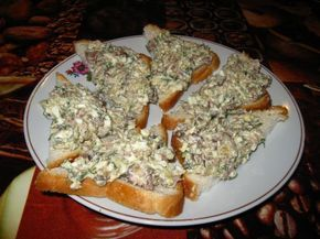 Кто хоть раз пробовал это блюдо,не мог остаться равнодушным - сегодня я им поделюсь с вами! Такие бутербродики очень хорошо идут под сладкий чай, да и просто как закуска. Ингредиенты : Филе солёной се...