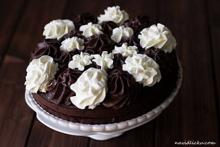 Chocolate cake with basic and cocoa flavoured whipped cream / Harlekýn: čokoládový dort se šlehačkou | Na vidličku food blo