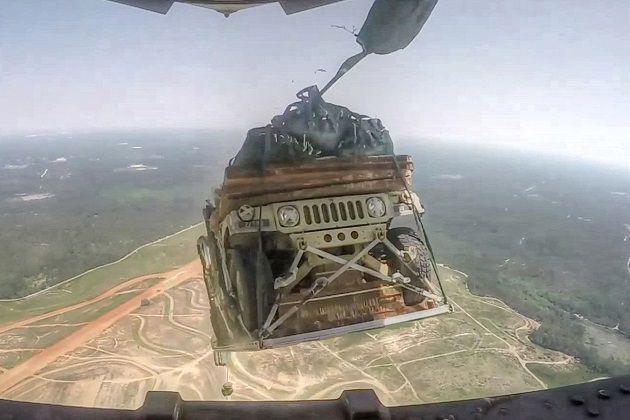 【ビデオ】米国空軍が、大型輸送機に載せた軍用車両を上空から次々と投下する迫力の映像! - Autoblog 日本版