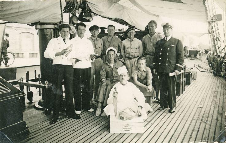 Crew with captain Peter Hansen (1935)