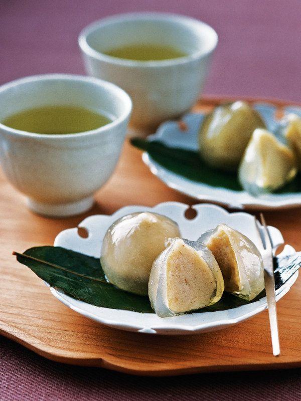 Japanese sweets made of mashed chestnut 葛で包んだ栗きんとん