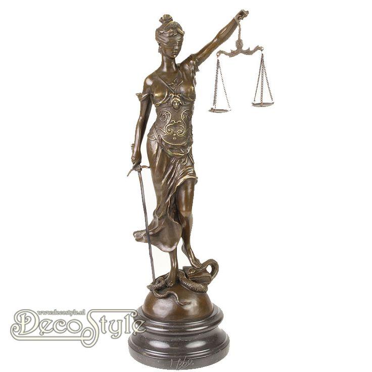 Brons Beeld Vrouwe Justitia (45CM)  Materiaal: 100% Brons / Marmer Afmetingen: Hoogte: 45 cm Breedte: 15 cm Diepte: 20 cm Gewicht: 4.2 KG A BRONZE SCULPTURE OF THE LADY JUSTICE