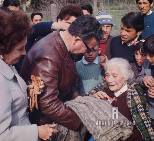 1970 Salvador Allende exhibe un regalo recibido durante la campaña electoral a su nana 'mamá Rosa' ArgentaImages