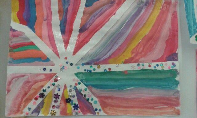 Posem cinta de pintor en un paper de la manera que mes ens agradi... Quan estigui sec enganxem perles... Queda molt bonic!