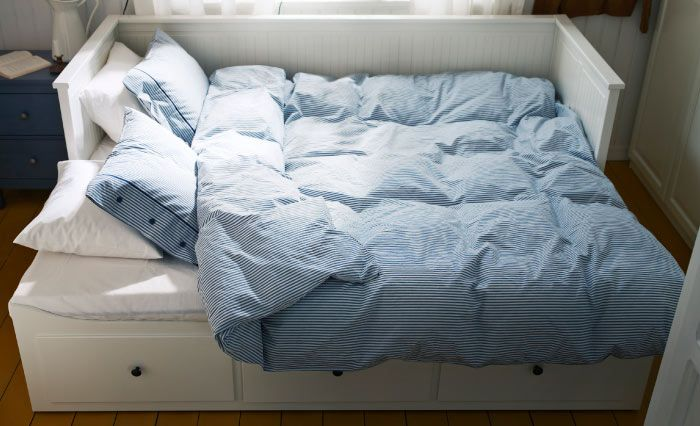 hemnes tagesbettgestell in wei ausgezogen zum doppelbett mit dreiteiligem nyponros bettw sche. Black Bedroom Furniture Sets. Home Design Ideas