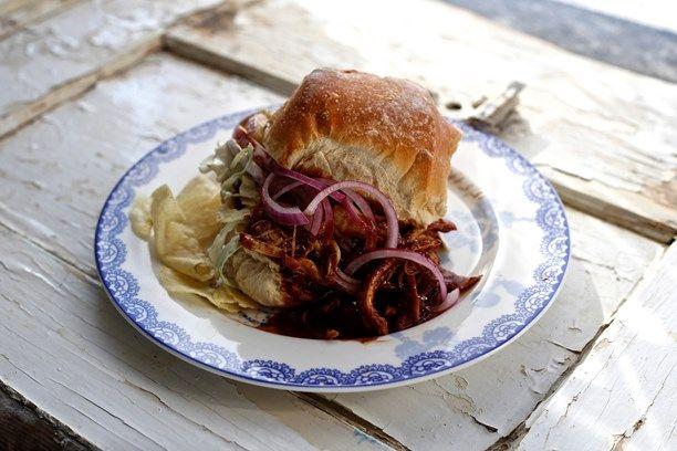 Pulled #chicken #sandwich! Det är faktiskt tillåtet att fuska. Här har jag helt frankt utgått från en färdiggrillad kyckling som skrämts till liv i världens godaste macka, säger Menys gästkock Mia Gahne.  Foto: Tomas Tengby/Sveriges Radio