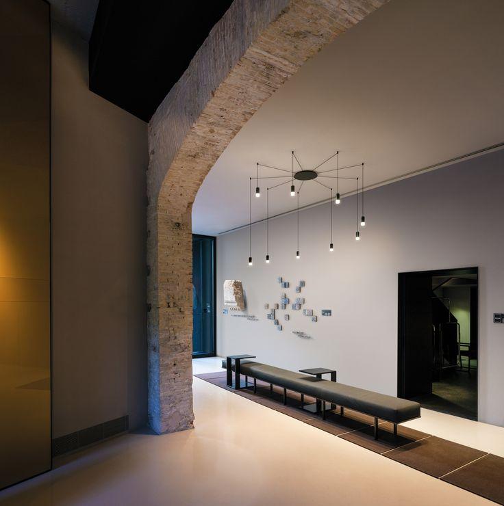 Lampa marki Vibia,  model WIREFLOW, projekt: Arik Levy / Lamp