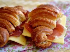 Croissants con jamón y queso