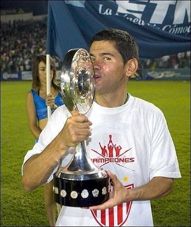Javier Saavedra con el Trofeo de Campeón
