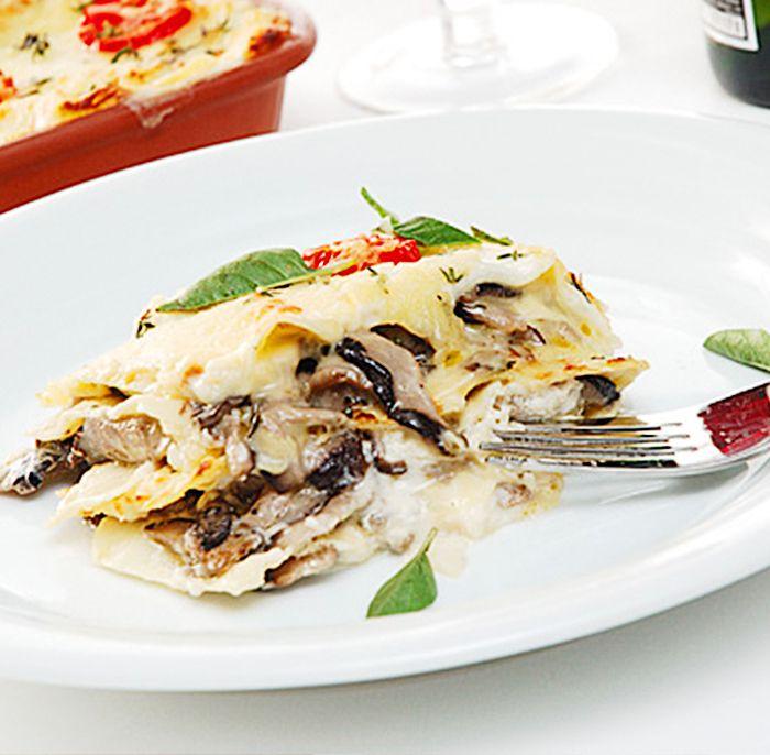 Prove uma cremosa e diferente lasanha de shitake e queijo brie. Confira a receita.